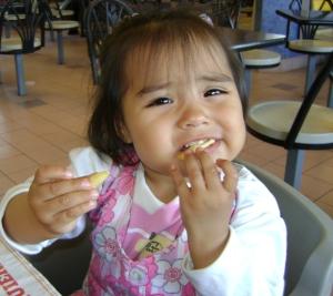 Danielita comiendo papas fritas.